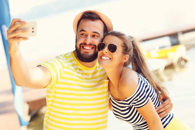 Joyeux couple s'amusant à l'extérieur en été