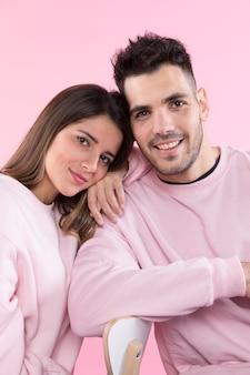 Joyeux couple s'appuyant sur le dossier de la chaise