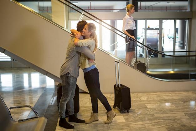 Joyeux couple s'embrassant