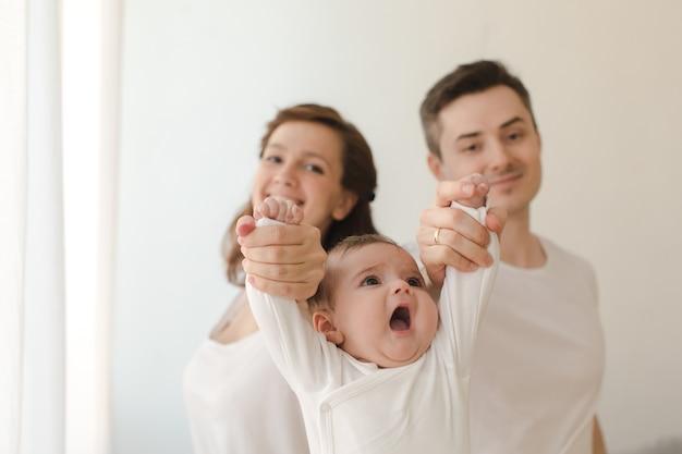 Joyeux couple tenant un enfant en bas âge
