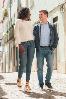Joyeux couple de touristes se promener dans la vieille ville