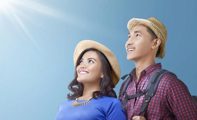 Joyeux couple de voyageurs asiatiques se détendre et profiter de la vue