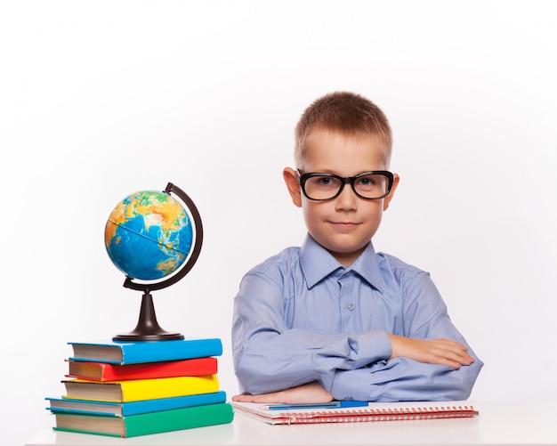 Joyeux écolier prêt à répondre à une question isolée sur fond blanc