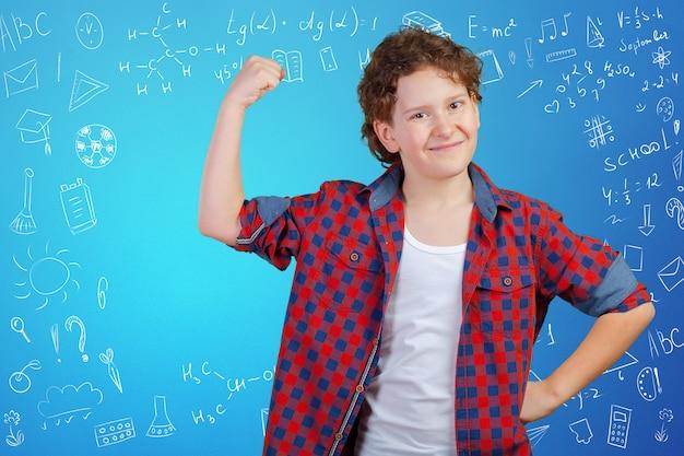 Joyeux écolier réfléchi, retour au concept de l'école