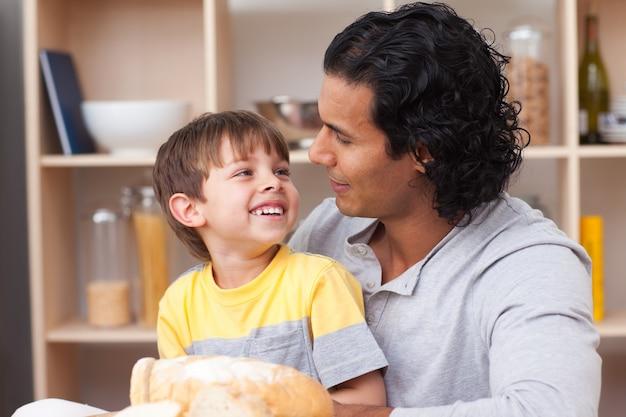 Joyeux enfant à manger du pain avec son père