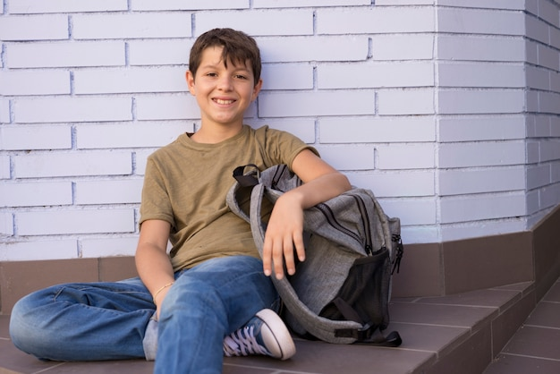 Joyeux enfant portant son sac à dos