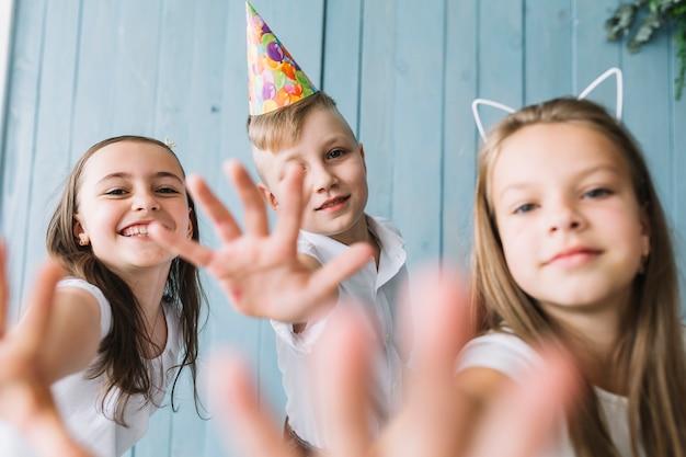 Joyeux enfants essayant d'atteindre la caméra