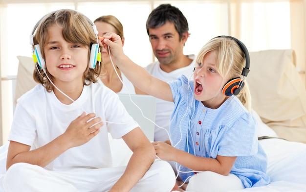 Joyeux enfants s'amusant et écoutant de la musique