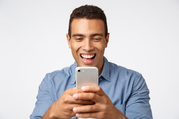Joyeux, enthousiaste et heureux jeune beau mec photographier des amis