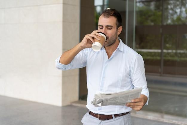 Joyeux expert en affaires appréciant le café