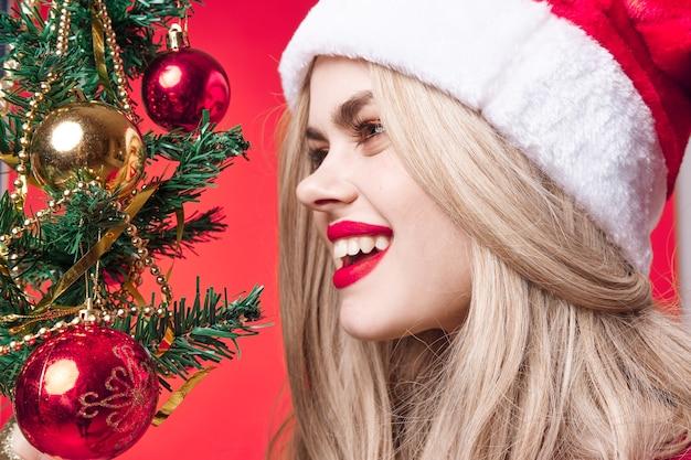 Joyeux femme décoration de noël vacances glamour gros plan