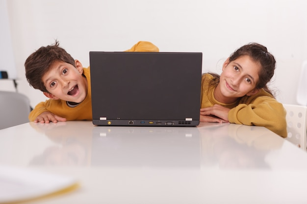 Joyeux frère et soeur souriant à la caméra