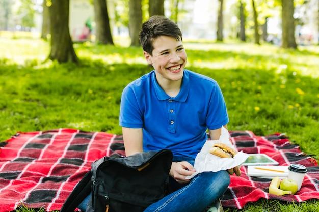 Joyeux garçon avec hamburger