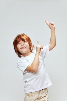 Joyeux garçon rousse souriant