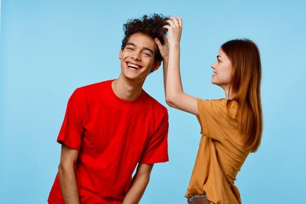 Joyeux gars et fille en t-shirts multicolores émotions joie de la communication