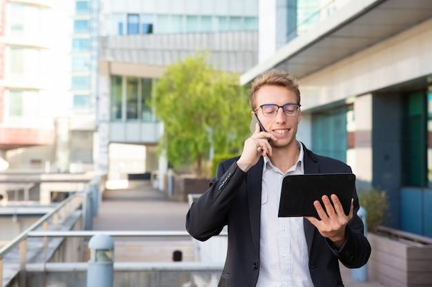 Joyeux gestionnaire parlant au téléphone