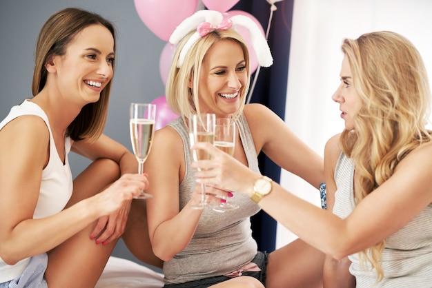 Joyeux groupe d'amis célébrant ensemble