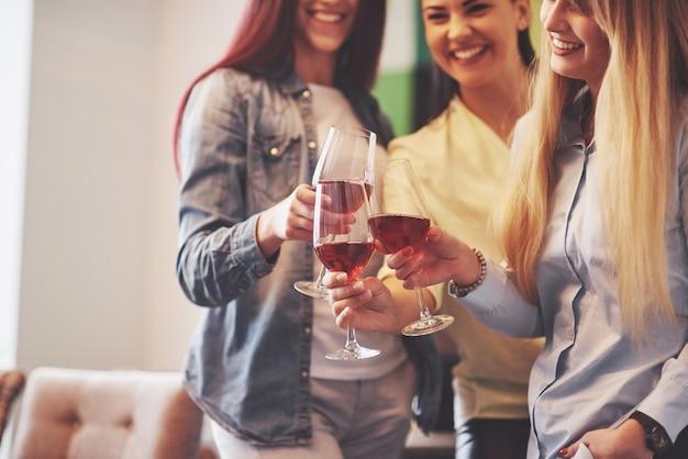 Joyeux groupe d'amis avec du vin rouge