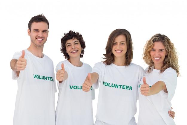 Joyeux groupe de bénévoles donnant des thums