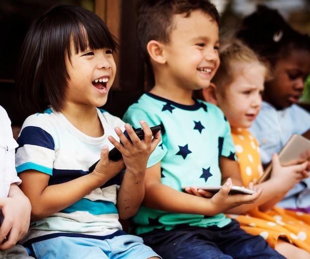 Joyeux groupe diversifié d'enfants