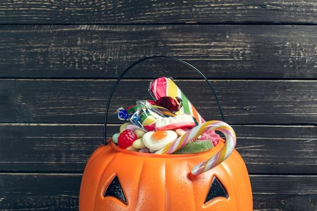 Joyeux halloween! citrouille avec des bonbons à la maison.