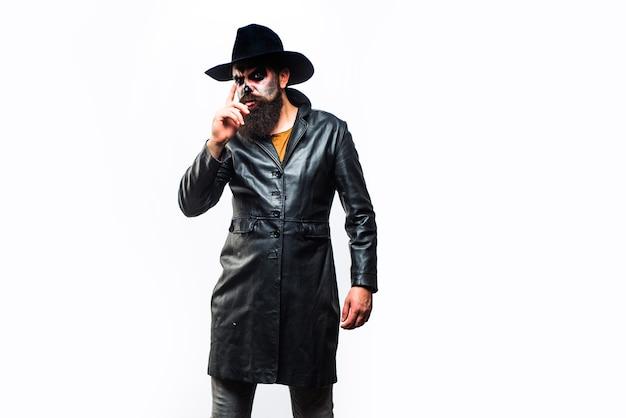 Joyeux halloween homme vampire maléfique au chapeau de sorcière méchante homme effrayant d'halloween au chapeau studio shot cl...