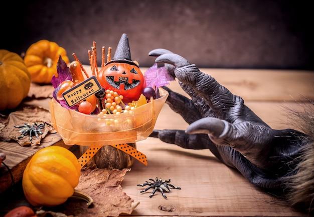 Joyeux halloween. des mains de loup-garou ou de zombies faisant un cadeau effrayant de citrouille pour une fête de friandises ou de friandises. copier l'espace pour le texte