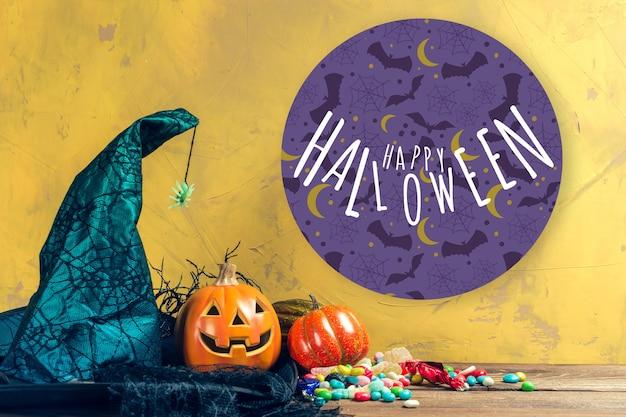 Joyeux halloween mock up citrouille avec des bonbons sur une table en bois
