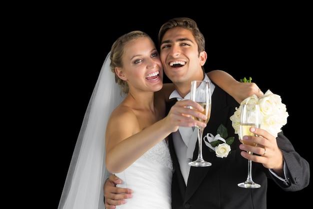 Joyeux heureux couple marié en riant