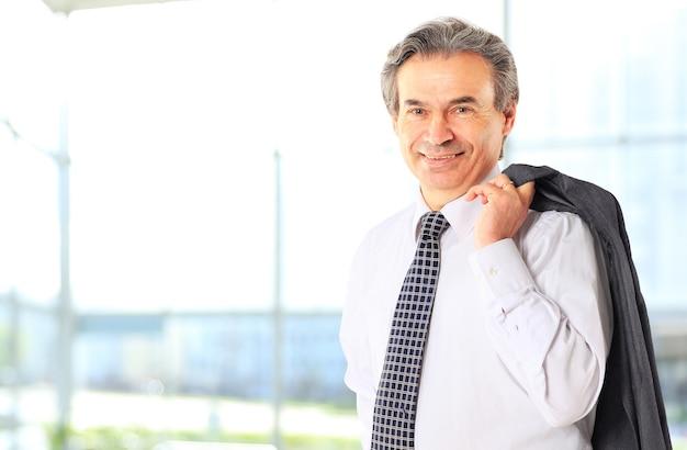 Joyeux homme d'affaires en regardant la caméra