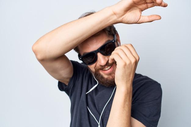 Joyeux homme casque lunettes de soleil musique danse amusant fond isolé