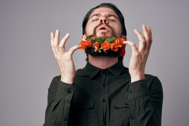 Joyeux homme fleurit dans une décoration de cadeau de romance de vacances barbe. photo de haute qualité