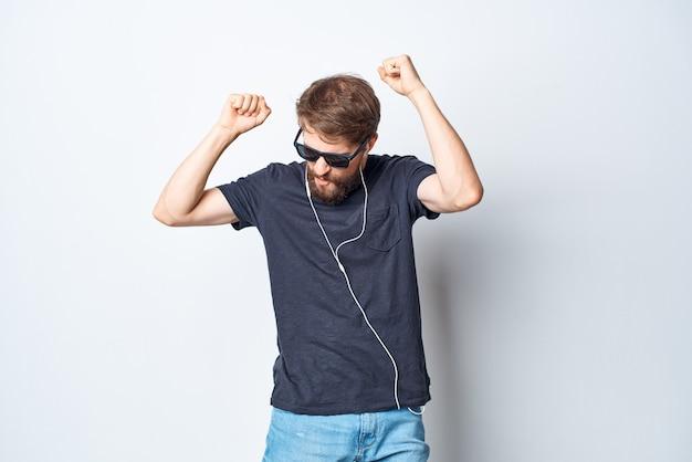 Joyeux homme portant des lunettes écoutant de la musique sur un casque de style de vie en studio