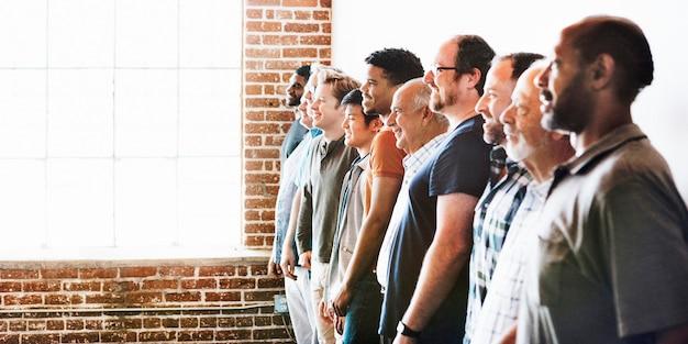 Joyeux hommes divers debout dans une bannière sociale rangée
