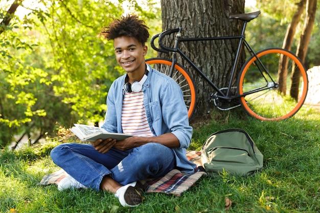 Joyeux jeune adolescent avec sac à dos à l'extérieur