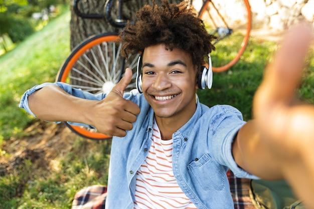 Joyeux jeune adolescent à vélo à l'extérieur