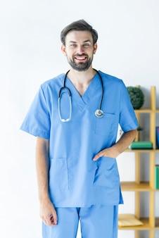 Joyeux jeune chirurgien au bureau