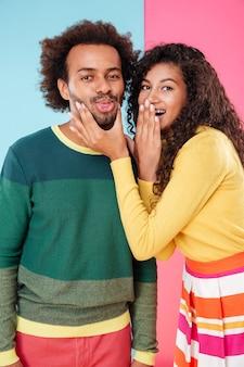 Joyeux jeune couple afro-américain plaisantant et s'amusant