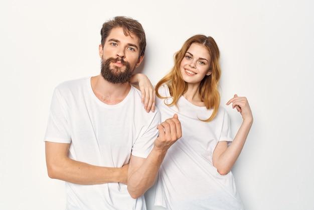 Joyeux jeune couple communication amitié vêtements décontractés fond clair