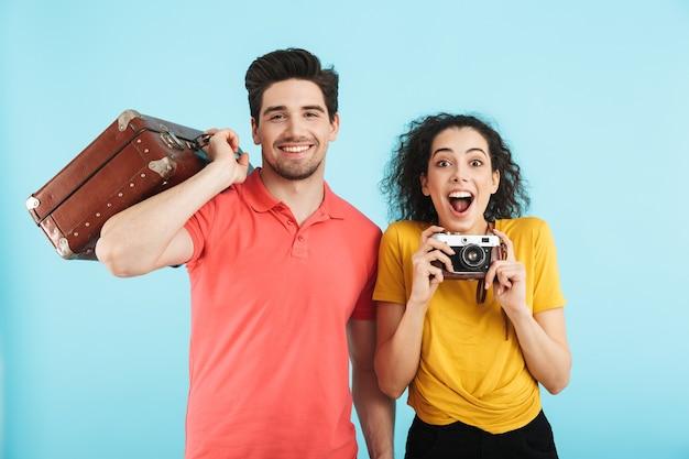 Joyeux jeune couple debout isolé