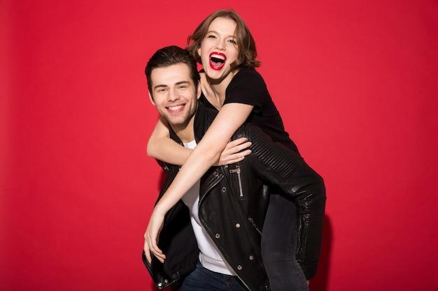 Joyeux jeune couple punk se réjouir ensemble et à la recherche