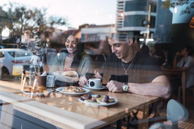 Joyeux jeune couple à un rendez-vous romantique dans un café.