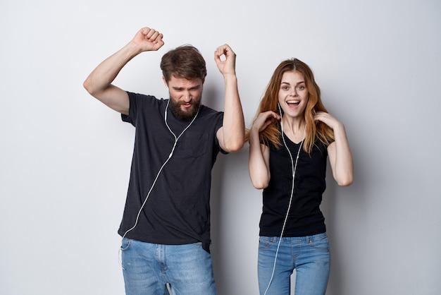 Joyeux jeune couple avec un téléphone à la main émotions fond clair
