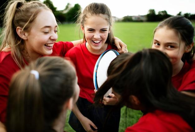 Joyeux jeunes joueurs de rugby sur le terrain