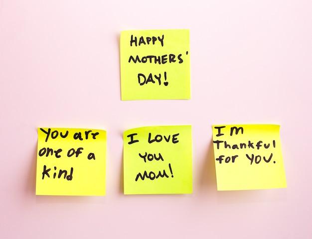 Joyeux jour de la mère note rappel autocollant jaune sur un mur,