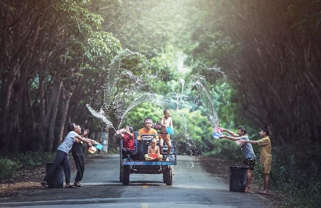 Joyeux jour songkran! je vous souhaite tout le meilleur pour ce nouvel an thaï!