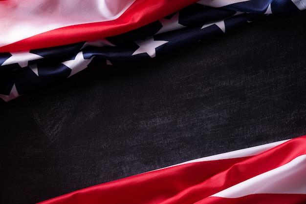 Joyeux jour des vétérans. drapeaux américains des anciens combattants sur un fond de tableau noir.