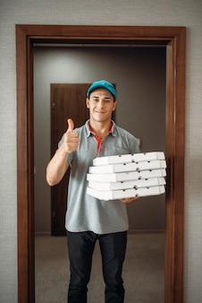 Joyeux livreur de pizza montre le symbole ok