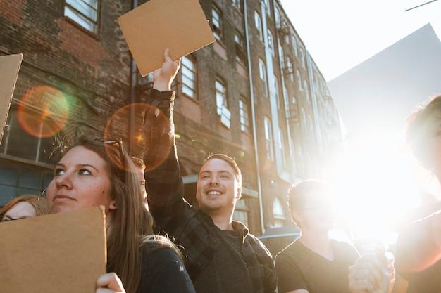 Joyeux manifestants défilant dans la ville