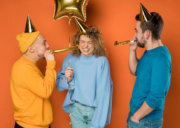 Joyeux meilleurs amis célébrant lors d'une fête d'anniversaire